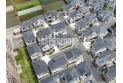 【外観】上空から見た販売現地と周辺(2020年6月撮影) 大きな開発分譲地なので町並みがキレイとなっております。