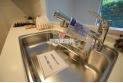 【キッチン】【キッチン】キッチンの蛇口には浄水機能が付いています。シャワーヘッドタイプなのでお掃除も楽になります。