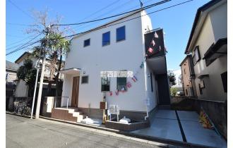 【外観】カースペース完備のスタイリッシュな邸宅。